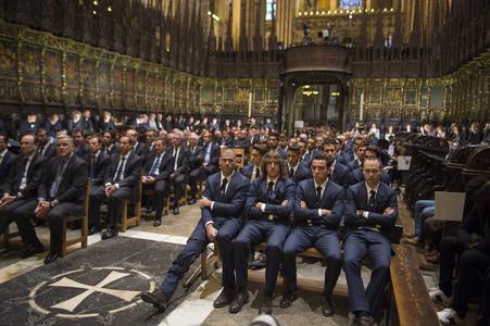 Els jugadors del Barça (en primer terme, a la dreta) al funeral per Tito Vilanova a la catedral de Barcelona.