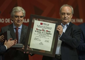 Enrique Vila-Matas recoge el Premio FIL de Literatura.