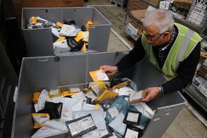 Cartas y paquetes en las instalaciones de Correos de la Zona Franca de Barcelona.