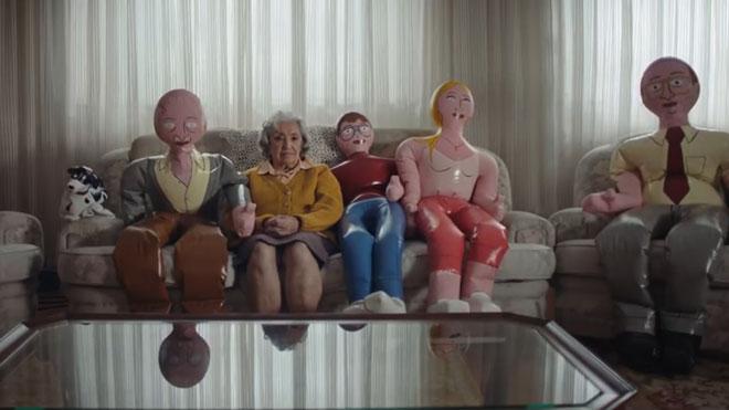 'Familias hinchables', la campaña de Grandes Amigos contra la soledad de las personas mayores.