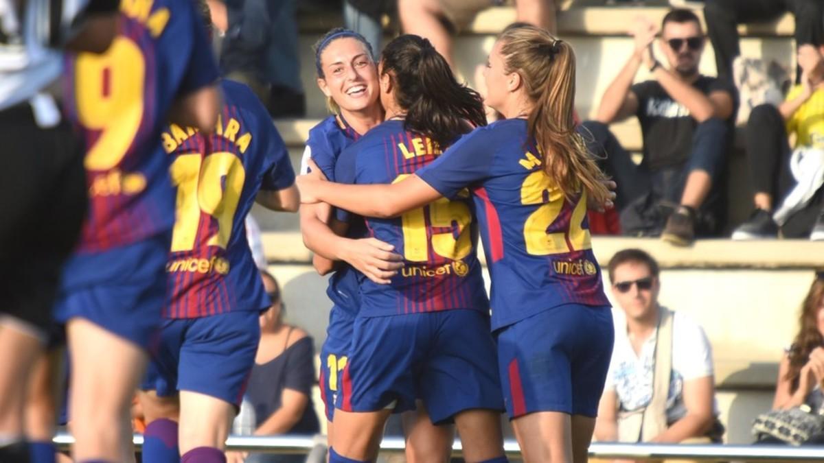Las chicas del Barça femenino celebran un gol.