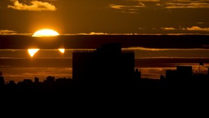 Imagen de un eclipse solar paricl visto desde el distrito de Queens, en Nueva York, en noviembre del 2013.