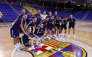 Los jugadores del Barça de fútbol sala posan en el Palau antes del duelo decisivo contra El Pozo.