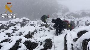 Efectivos del Greim participando en las tareas de rescate de los tres alpinistas fallecidos