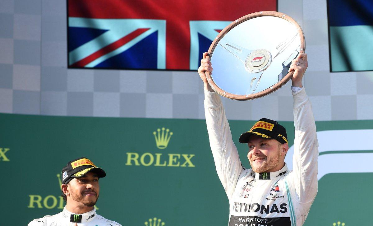 El finlandés Valteri Bottas levanta el trofeo en el GP de Australia.