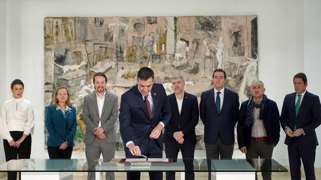 Firma del acuerdo para subir el salario mínimo a 950 euros en el 2020.