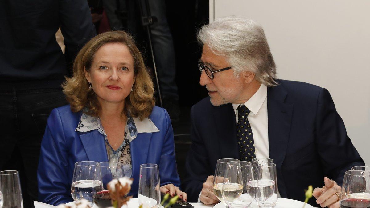 La ministra de Economía, Nadia Calviño, junto al presidente de Foment del Treball, Josep Sánchez Llibre; durante la entrega de premios Ferrer Salat.