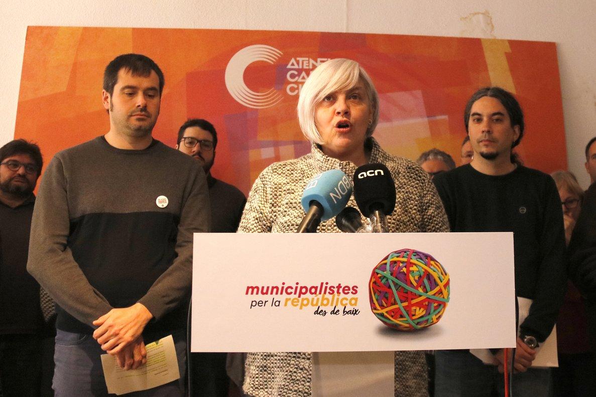 Carles Escolà (Guanyem Cerdanyola), Dolors Sabater (Guanyem Badalona) yJosé M. Osuna (Decidim Ripollet), durante la presentación del nuevo espacio político municipalista.