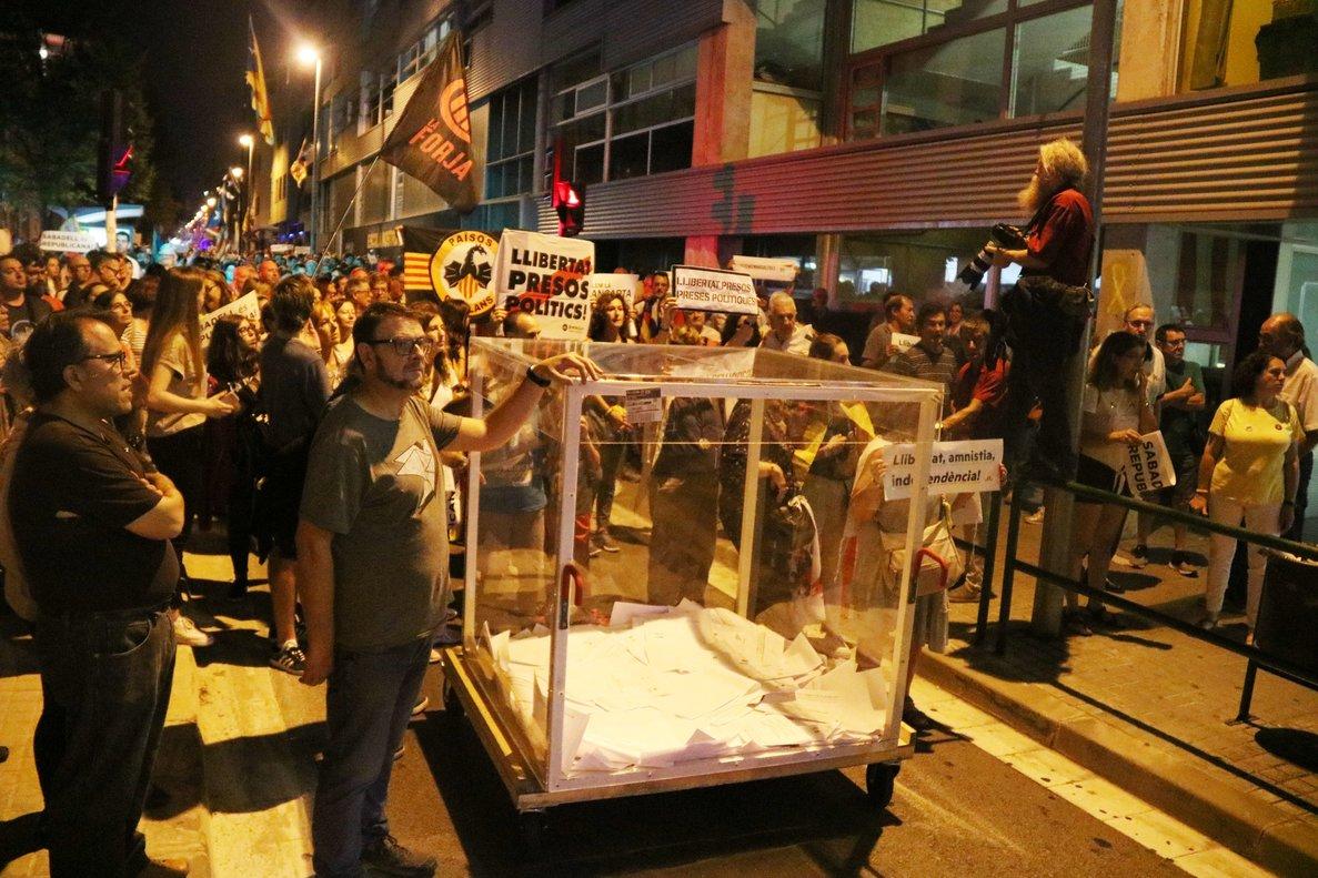 Més de 2.000 persones es manifesten pels carrers de Sabadell per commemorar l'1-O