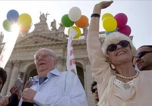 Franca Rame y su marido, Dario Fo, en una manifestación contra Berlusconi, en Roma, en el 2002.