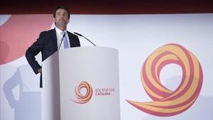 Valls recibe un premio de Societat Civil Catalana, el pasado lunes.