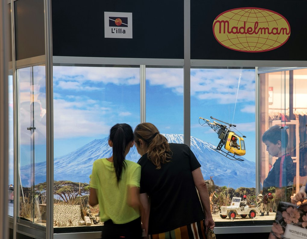 Una pareja contempla el diorama dedicado al safari.