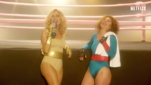 Marta Sánchez y Vicky Larraz, en el original video promocional de la serie de Netflix Glow.
