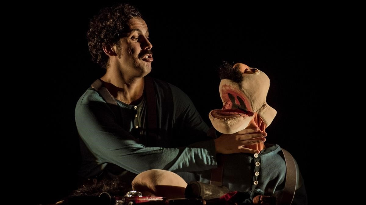 Guillem Albà, junto a una marioneta con su imagen, en una escena de 'Calma!'.
