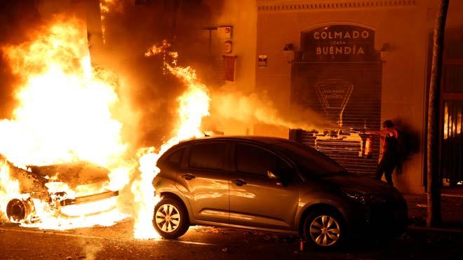 Hogueras y coches quemados en el Paseo de Sant Joan, cercade la Conselleria de Interior.
