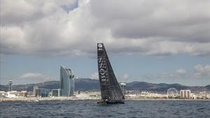 El Hugo Boss de Alex Thomson, en su salida, el pasado miércoles, frente a la costa de Barcelona.
