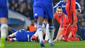 Ibrahimovic, després de cometre falta a Óscar, del Chelsea.