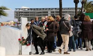 Homenaje a las víctimas de Germanwings frente a la placa honorifica que hay en la Terminal 2 del aeropuerto de Barcelona.