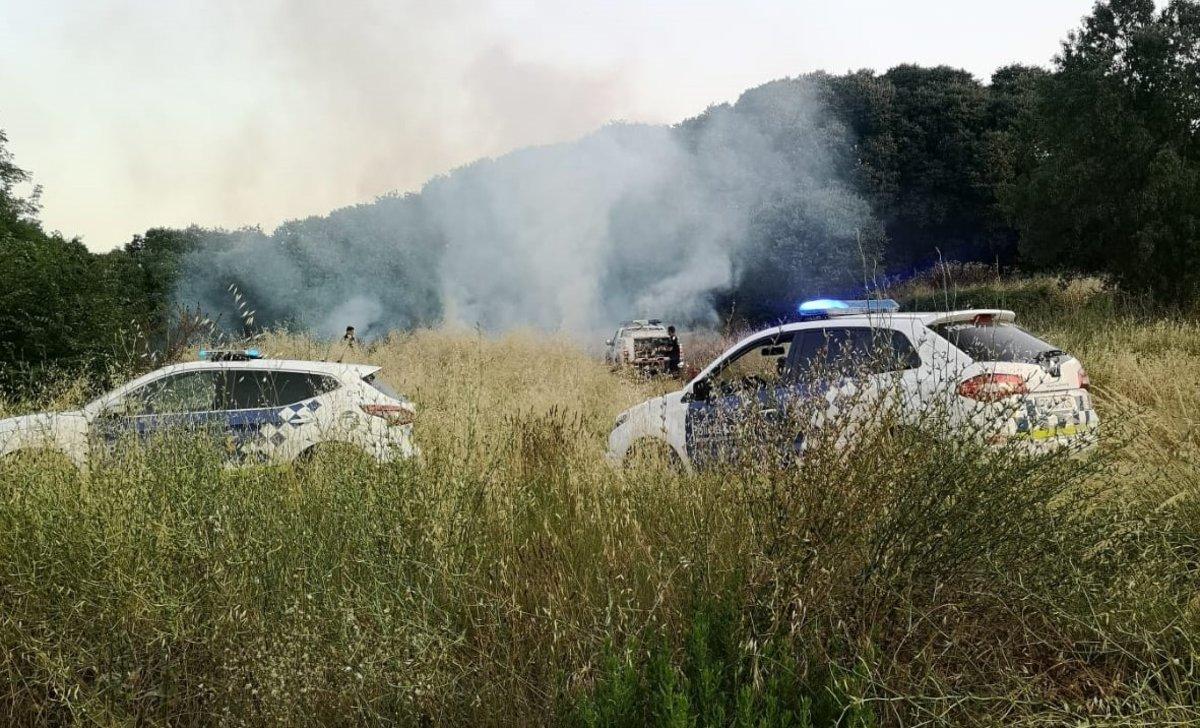 La policia de Parets evita la propagació de dos incendis