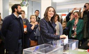 Inés Arrimadas vota en la escuela Ausiàs March de Barcelona.