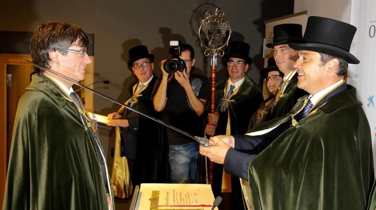 Momento de la investidura deCarles Puigdemontcomo cofrade de honor de laConfraria del Cava, este viernes, en Girona.