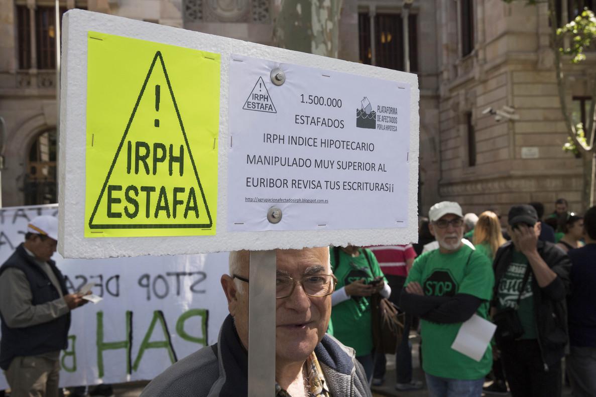 Protesta en Barcelona contra la aplicación del tipo de interés IRPH, en mayo del 2016.