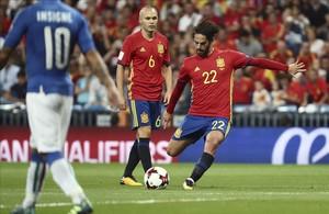 Isco lanza la falta con la que consiguió el primer gol.
