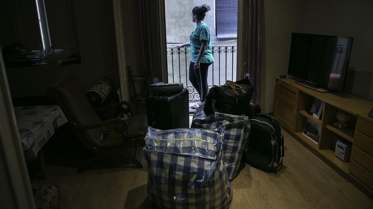 Nadia, en su vivienda de Ciutat Vella, pendiente de un desahucio.