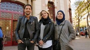 Jean De Luca, Vanessa Ortega y Claire Espinosa delante de lÉcole maternelle Ferdinand de Lesseps en Barcelona.