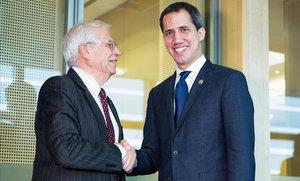 El jefe de la diplomacia europea y vicepresidente del Ejecutivo comunitario,Josep Borrell (izquierda)saluda al líder de la oposición venezolana,Juan Guaidó, en Bruselas.