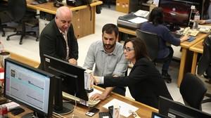 Jesús G. Albalat, Guillem Sánchez y Maria Jesús Ibáñez, en la redacción de EL PERIÓDICO.