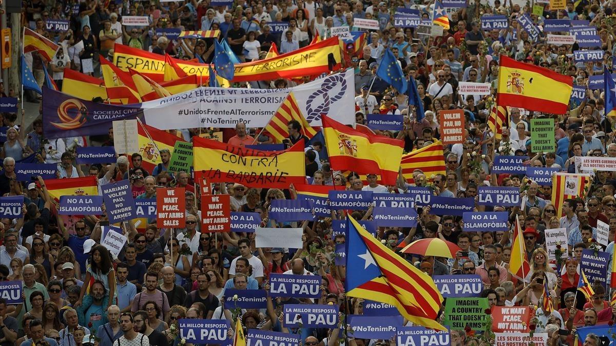 Mezcla de banderas españolas, estelades y senyeres.