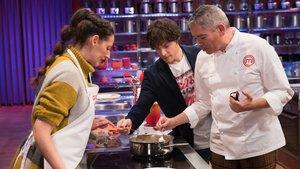 Jordi Cruz y Boris Izaguirre en las cocinas de Masterchef.