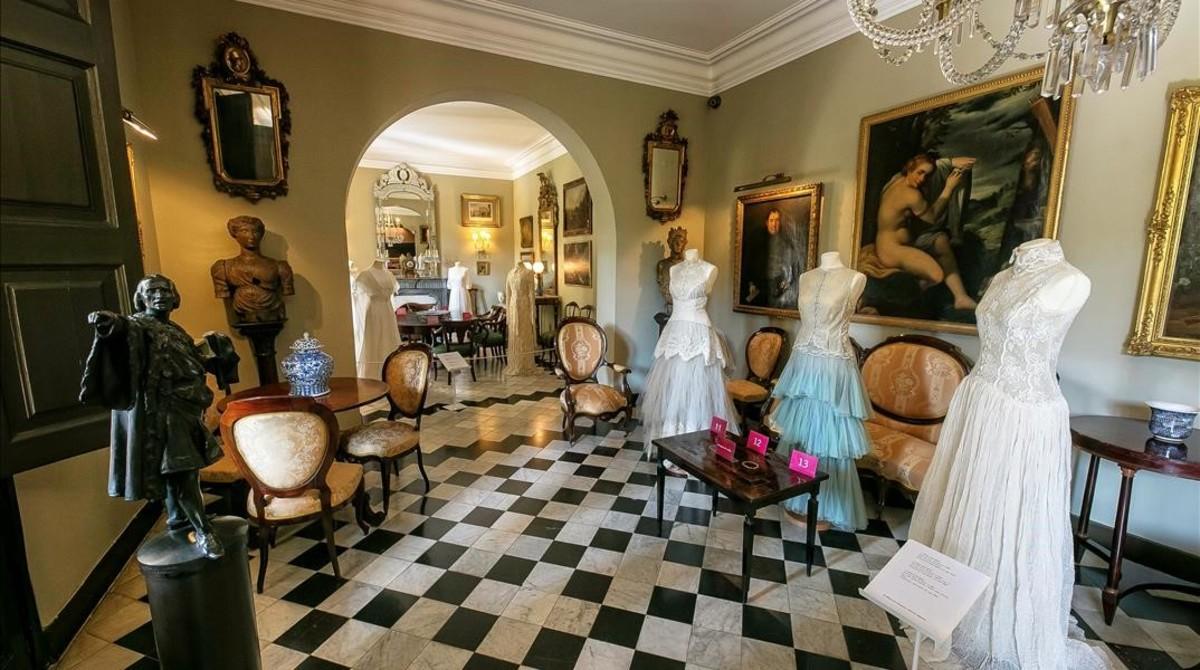 El salón principal de la Casa Rocamora, con los vestidos de novia de la Fundació Montpalau