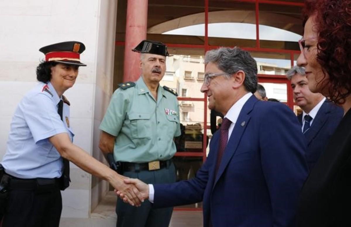 El delegado del Gobierno, Enric Millo, saluda a una representante de los Mossos dEsquadra en Alcanar.