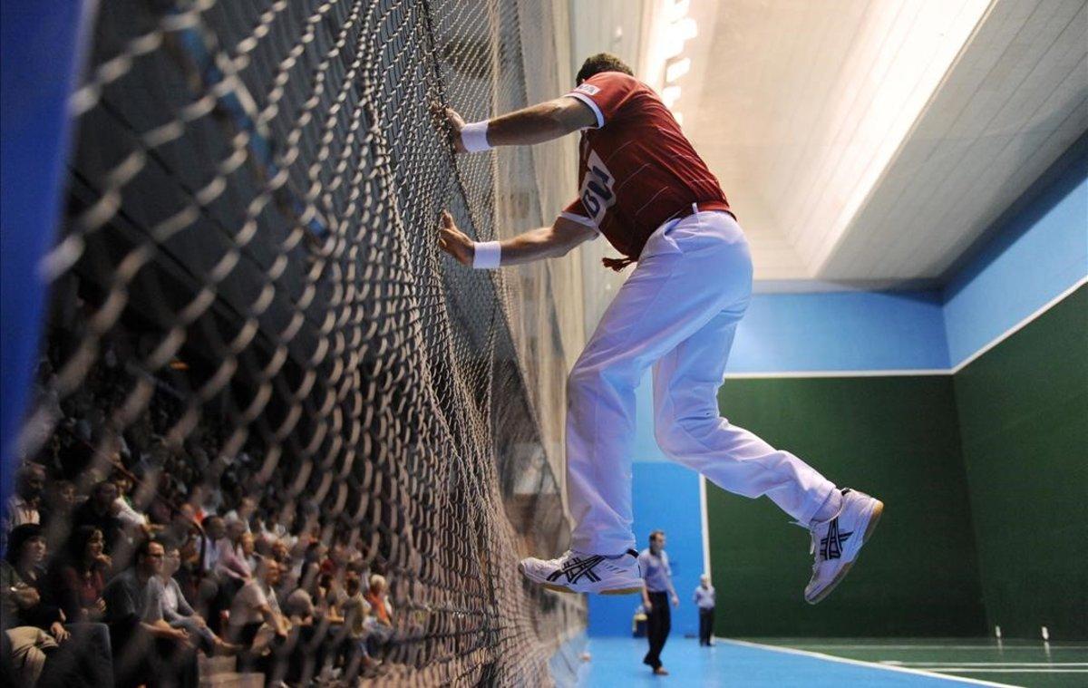 Un jugador, en una exhibición de pelota vasca.
