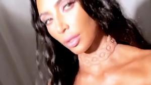 Kim Kardashian ha revolucionado las redes con una nueva excentricidad: un collar luminoso implantado en su cuello.
