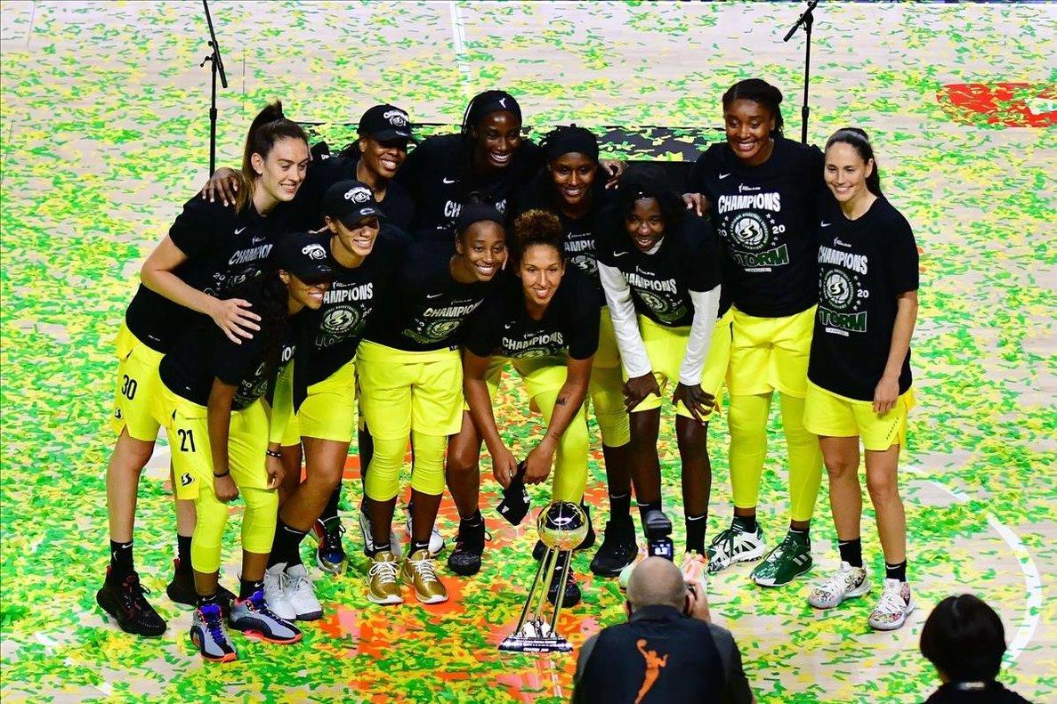 Las jugadoras de las Seattle Storms posan después de conquistar el título de la NBA femenina