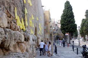 Lazos amarillos colgados en la muralla de Tarragona, este martes.
