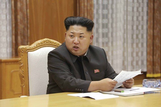 El líder nord-coreà, Kim Jong-un, durant la reunió demergència de la Comissió Militar Central de Corea del Nord.
