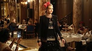 Cara Delevinge, en los salones del Ritz parisino.