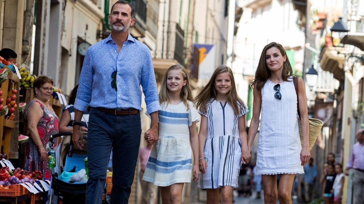 Los Reyes y sus hijas, por las calles de Sóller, este domingo.