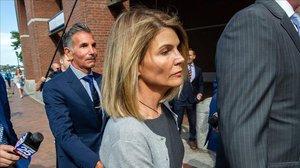 La actrizLori Loughlin y su marido, el diseñador Mossimo Giannulli, llegan a laOficina del Fiscal Federal de Boston, el pasado mes de agosto.