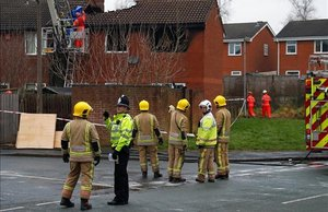 Los bomberos examinan la zona tras controlar el incendio