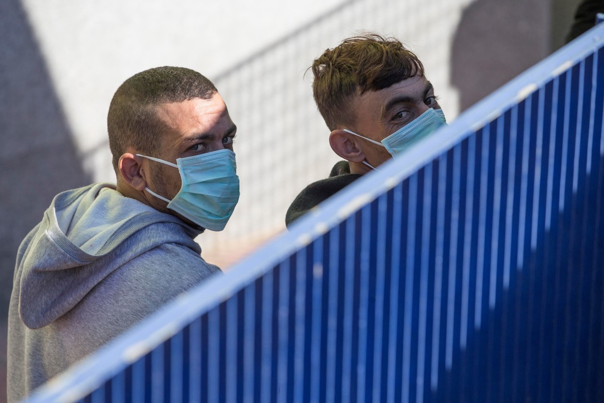 Dos inmigrantes de los 519 que llegaron este fin de semana a las costas de Cartagena se trasladan a la cárcel deArchidona.