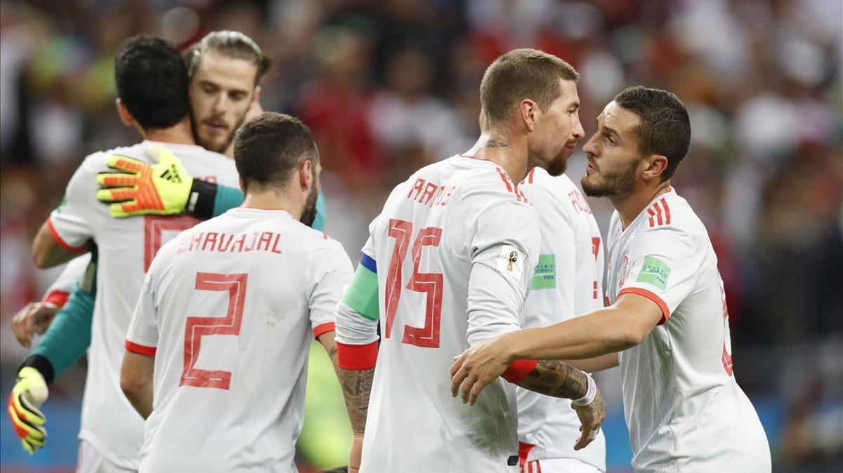 Los jugdores de la selección celebran la victoria frente a Irán, que los coloca al frente del grupo