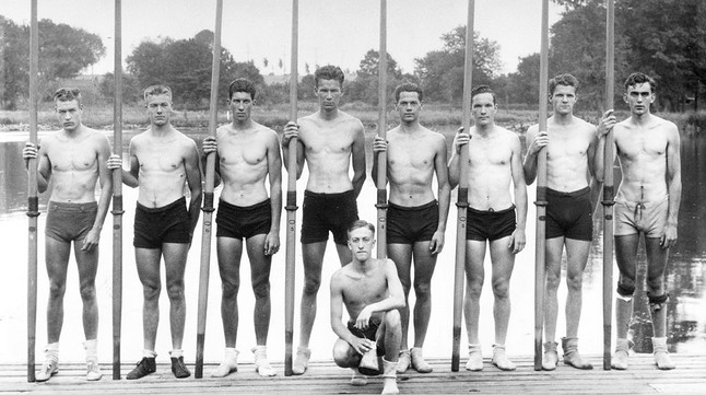 Los nueve miembros del equipo de EEUU que se colgaron el oro en los Juegos de 1936.