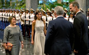 Los Reyes, recibidos por el presidente cubano, Miguel Díaz-Canel, y su esposa, en La Habana.
