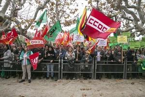 Los sindicatos hacen oír sus demandas de presupuestos más sociales, a las puertas del Parlament.