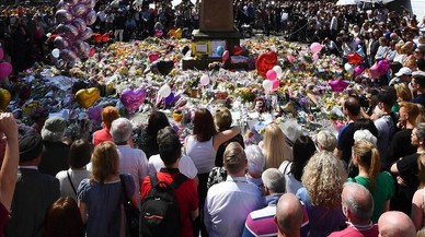 lpedragosa38606213 topshot people stop to observe a minute s silence in st an170525222530